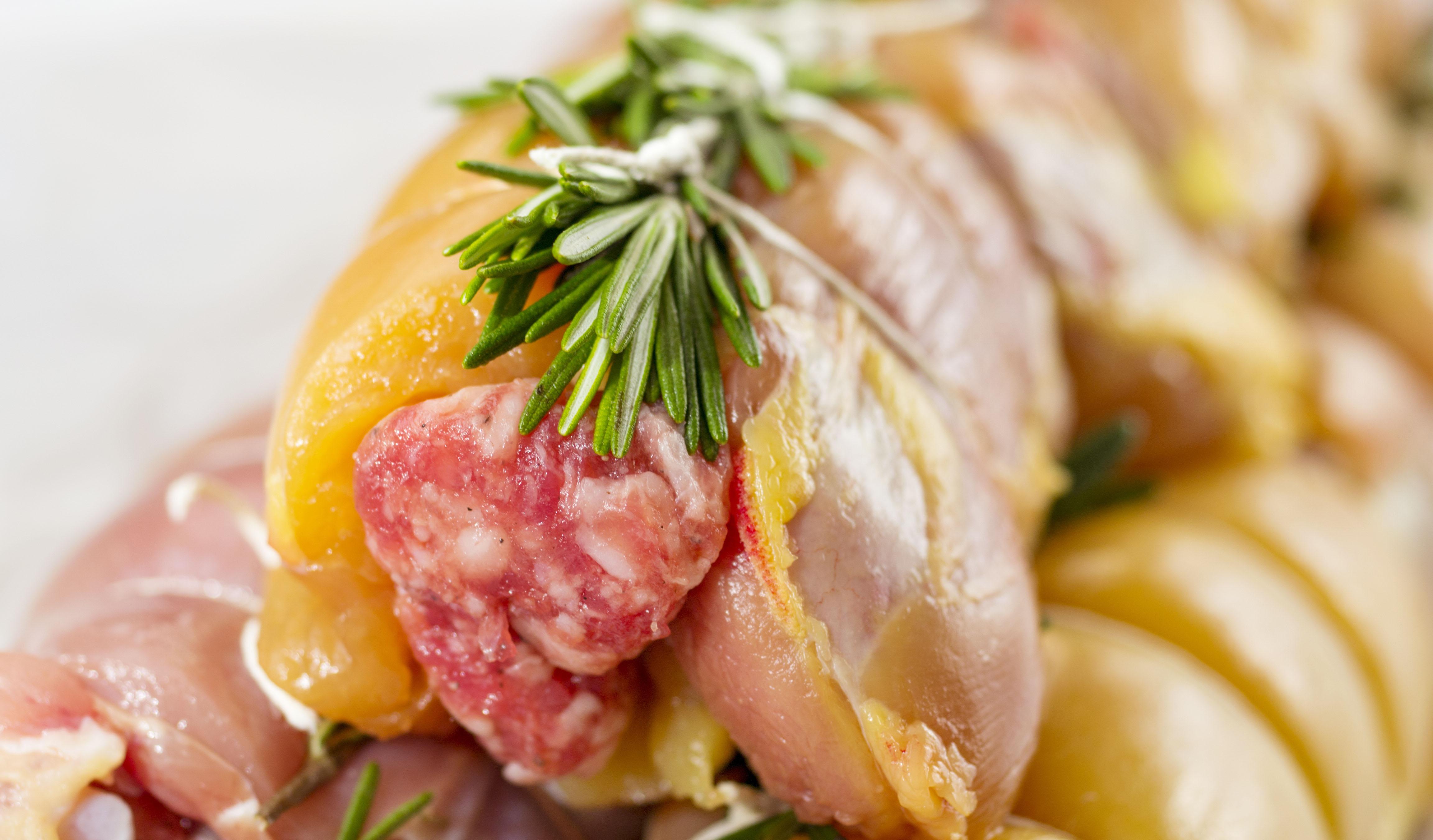 Gefüllte Hähnchen-Röllchen mit Tomaten und Salami