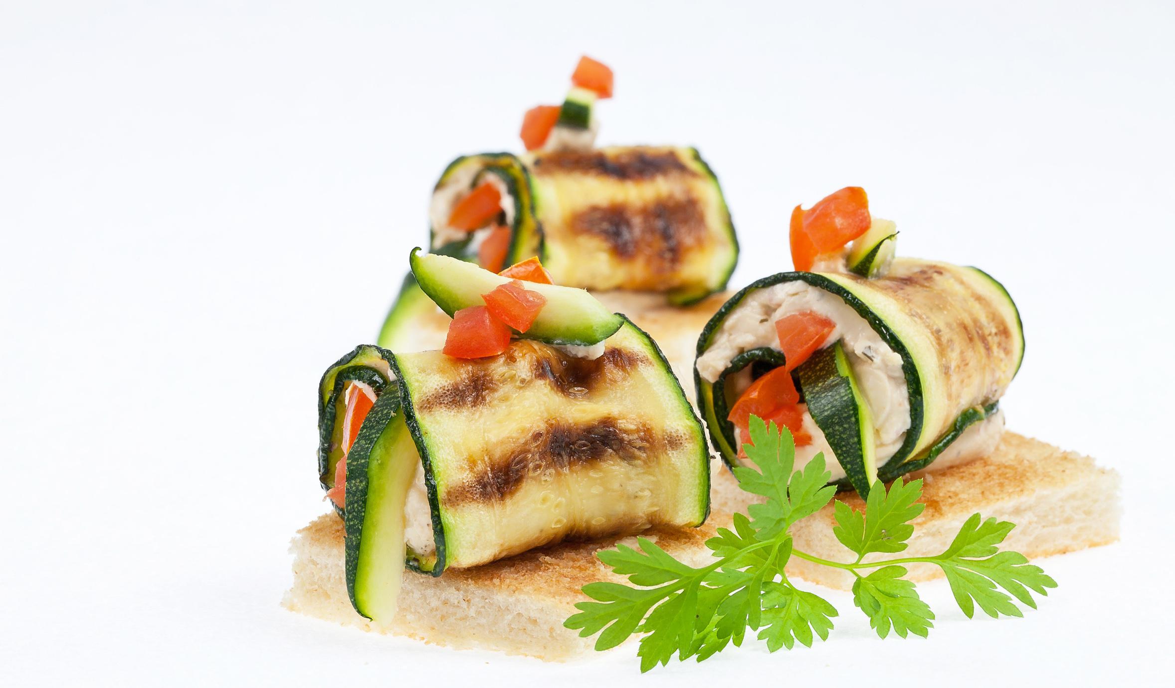 Gegrillte Zucchini-Auberginen-Röllchen